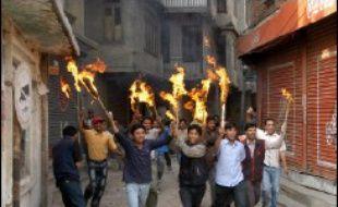 """Des milliers de Népalais ont défilé samedi à Katmandou en criant """"Pendez le roi Gyanendra"""", et l'opposition a promis d'intensifier son action pour le rétablissement de la démocratie, 14 mois après que le souverain s'est arrogé les pleins pouvoirs."""