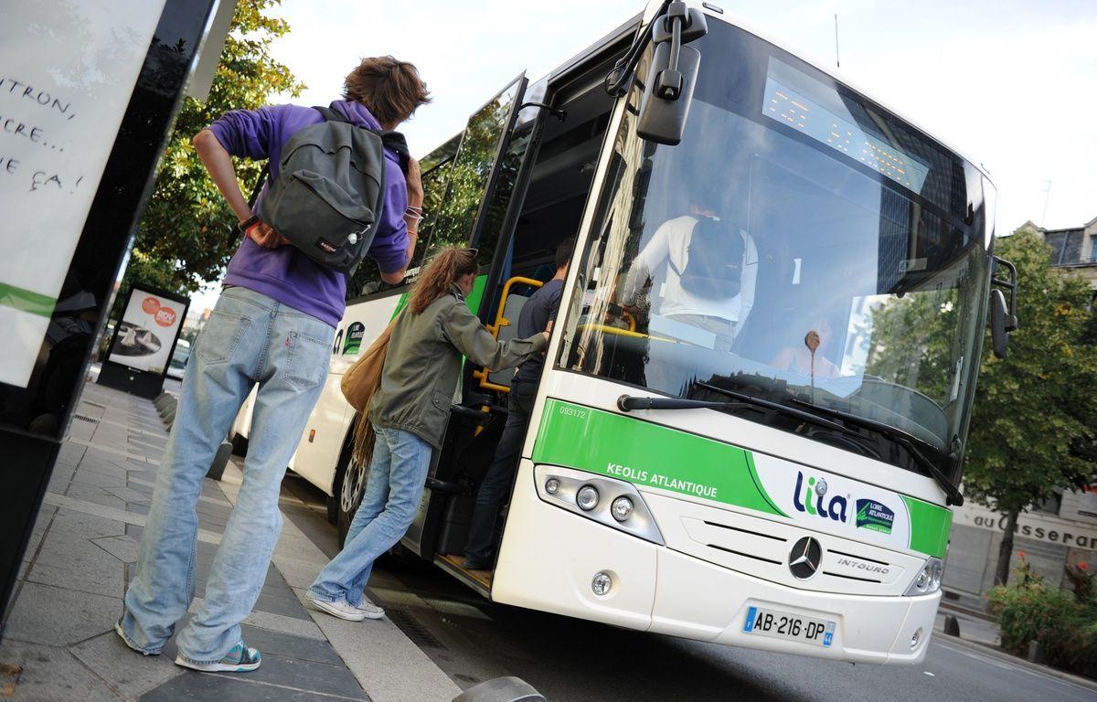 Un car Lila fait monter des jeunes passagers à Nantes. – © Fabrice ELSNER