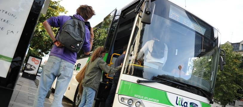 Un car Lila fait monter des jeunes passagers à Nantes.