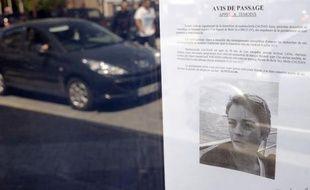 Un  appel à témoins est affiché sur la vitrine d'un commerce de Bruz le 13 juillet  2011, après la disparition le 8 juillet, d'Anne  Caudal, une femme agée de 28  ans et enceinte de trois mois.