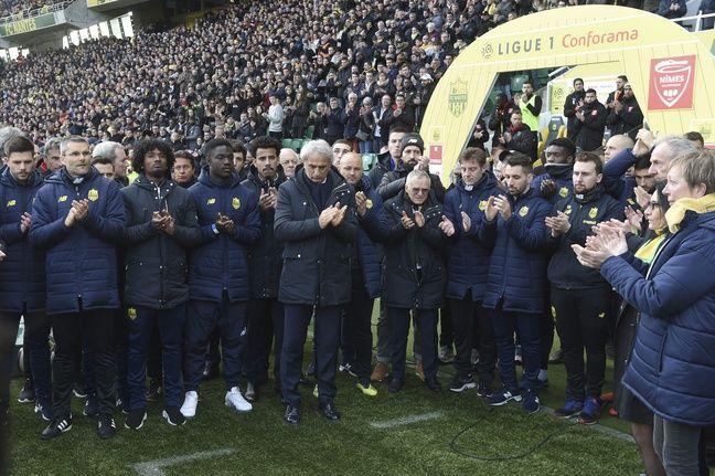 Salariés et joueurs des deux équipes se sont réunis pour la minute d'applaudissements pour Sala.