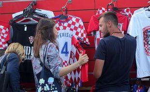Une femme achète un maillot de l'équipe croate de football, le 14 juillet 2018 à Zagreb.