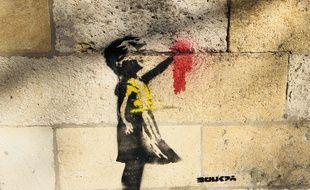 «La Petite Fille au ballon» de Banksy habillée d'un gilet jaune avec la main arrachée et ensanglantée.