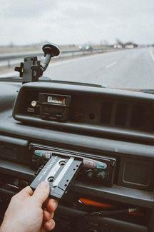 Illustration d'une cassette et d'un radiocassette en voiture