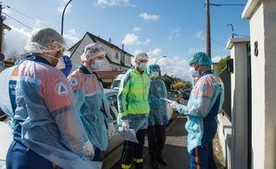 Le Samu de Paris et la Protection civile luttent contre le Covid-19 en Seine-Saint-Denis ce lundi 30 mars 2020.