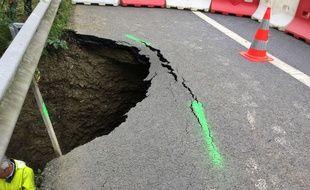 Un trou de six mètres s'est créé sous la RN 157 entre Rennes et Laval après des pluies d'orage.
