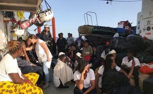 Après 72 heures de crise en pleine Méditerranée, l'Aquarius a finalement commencé sa longue traversée mardi soir vers l'Espagne