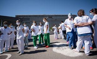 Des soignants masqués devant un hôpital marseillais