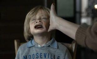 Capture d'écran de la nouvelle campagne contre la gifle de la Fondation pour l'enfance.