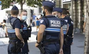 De plus en plus de villes imposent le port obligatoire de masque à l'extérieur, entraînant contrôles et verbalisations de la police (illustration)