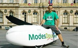 Pierre Delorme, hier place des Terreaux, lors des derniers préparatifs de son vélomobile.