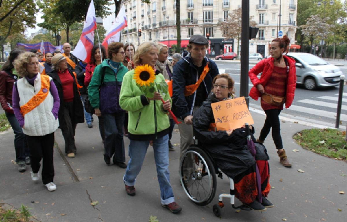 Un tournesol dans sa main, Rosen Hicher, ex-prostituée, boucle la dernière étape de sa marche pour l'abolition de la prostitution, entre la Porte d'Orléans et la rue Colisée à Paris ce dimanche mid. – F. Pouliquen / 20 Minutes