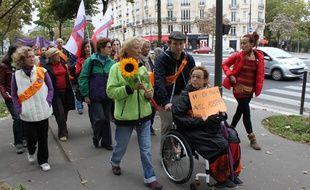 Un tournesol dans sa main, Rosen Hicher, ex-prostituée, boucle la dernière étape de sa marche pour l'abolition de la prostitution, entre la Porte d'Orléans et la rue Colisée à Paris ce dimanche mid.