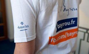 Un militant MoDem porte un t-shirt de la campagne 2012 de François Bayrou.