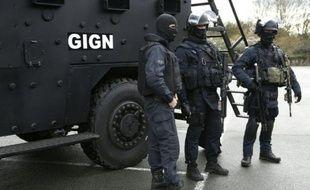 Quatres nouvelles antennes du GIGN à Nantes, Tours, Reims et Mayotte parmi les nouvelles mesures antiterroristes annoncées par Bernard Cazeneuve (ici au camp de Satory le 11 janvier 2016)