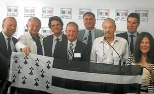 Alan Stivell ( en blanc à droite) le 26 juin 2014 à Paris pour défendre la réunification de la Bretagne