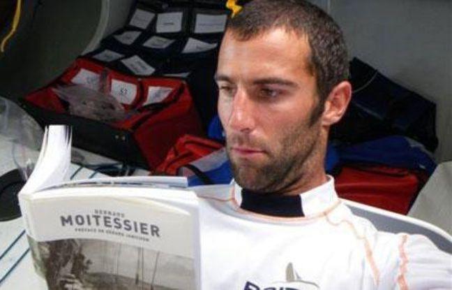 """Armel Le Cléac'h plongé dans """"La longue route"""" de Moitessier pendant le Vendée Globe 2008-2009."""