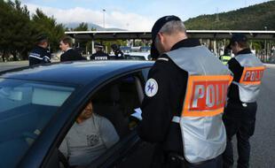 Des policiers français contrôlent des véhicules à La Turbie, près de la frontière franco-italienne, le 13 novembre 2015