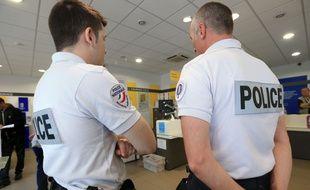 Illustration. Agents de police dans une poste