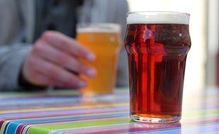 Illustration de verres de bière, sur une terrasse à Rennes.