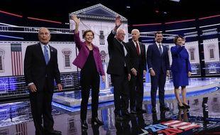 Michael Bloomberg (à g.) n'a pas été épargné par ses adversaires démocrates, à Las Vegas le 19 février 2020.