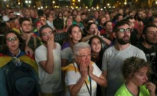 Des Catalans pro-indépendance rassemblés devant un écran géant le 10 octobre 2017 à Barcelone.