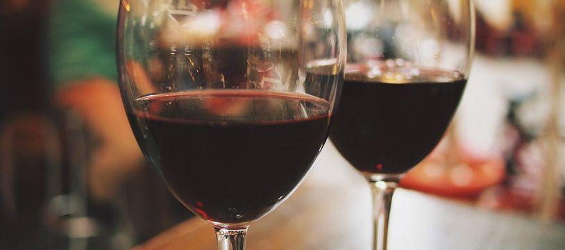 Un seul verre de vin contient 126 calories, selon le service de santé britannique.