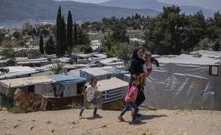 Des migrants afghans dans un camp de réfugiés sur l'île Samos en Grèce, le 11 juin 2021.