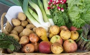 Un panier de légumes et fruits de saison. (Illustration)