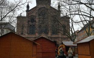Comme ici place du Temple Neuf, les chalets du marché de Noël sont en pleine installation alors qu'un coup de filet antiterroriste a eu lieu à Strasbourg ce week-end.
