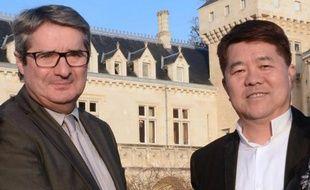 Le milliardaire chinois Lam Kok, acquéreur du château de La Rivière, pose avec le vendeur, James Grégoire, le 20 décembre 2013