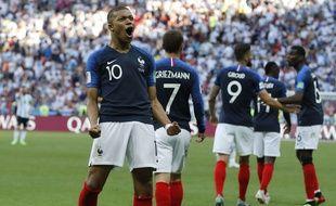 Kylian Mbappé laisse exploser sa joie après avoir marqué contre l'Argentine en 8e de finale de Coupe du monde, le 30 juin 2018.