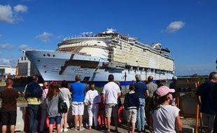 Le public admire le gigantesque paquebot Harmony of the Seas, sorti des Chantiers de l'Atlantique de Saint-Nazaire en 2018.