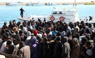 Des migrants en provenance de Libye, secourus par la marine italienne, débarquent en Sicile le 15 février 2015.