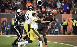Myles Garrett (à d.) a arraché le casque de son adversaire pour le frapper avec.