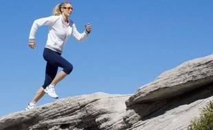 Une jeune femme fait son jogging.