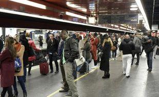 Des usagers en attente sur le quai du RER le 10 décembre 2015 à Paris