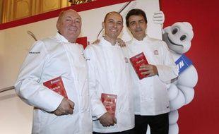 Les chefs couronnés des trois étoiles Michelin, le 2 février 2015 à Paris: (de gauche à droite) les savoyards René et Maxime Meilleur, du restaurant La Bouitte, et Yannick Alleno, du Pavillon Ledoyen, de la capitale