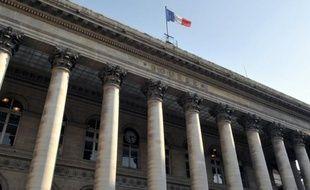 """La Bourse de Paris a terminé en timide hausse lundi, les investisseurs ayant du mal à interpréter les premiers sondages """"sortie des urnes"""" en Italie et s'inquiétant d'une éventuelle victoire de la droite de Silvio Berlusconi au Sénat."""
