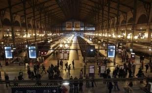 Le trafic des trains de banlieues, des grandes lignes y compris internationales au départ de la gare du Nord à Paris a été fortement perturbé mercredi soir pendant plusieurs heures après une série d'incidents qui ont bloqué des dizaines de milliers de voyageurs.
