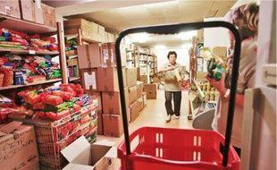 Des personnes en difficulté peuvent bénéficier d'une aide alimentaire de la Croix-Rouge.