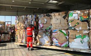 L'impressionnant stockage de cartons compressés du MIN de Nantes.