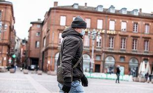 Un homme porte un masque de protection contre le coronavirus sur la place du Capitole, à Toulouse. Illustration.