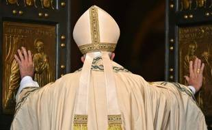 Le pape François ouvre la porte sainte de la basilique Saint-Pierre et lance le Jubilé de la miséricorde le 8 décembre 2015