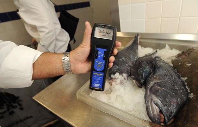 Mesures de radiations sur du poisson japonais dans un restaurant de New York, en avril 2011.