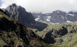 Les trois alpinistes italiens bloqués depuis dimanche dans une tempête de neige sous le Dôme des Écrins (4.015 mètres) s'apprêtaient mardi à passer une troisième nuit dans une situation de plus en plus critique, a-t-on appris auprès du peloton de gendarmerie de haute montagne (PGHM) de Briançon (Hautes-Alpes).