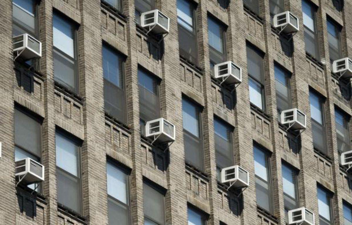 Des climatiseurs sur un immeuble new-yorkais. – RICHARD B. LEVINE/NEWSCOM/SIPA