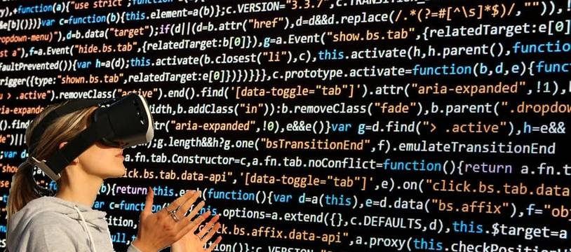 Illustration d'une femme regardant du code avec des lunettes 3D.