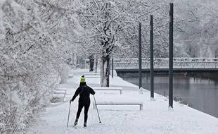 Les fortes chutes de neige à Lille ont permis à certains de chausser les skis.