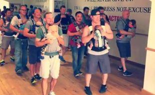 La vidéo de jeunes papas dansant avec leur bébé est devenue virale.